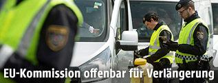 Polizisten bei Grenzkontrolle