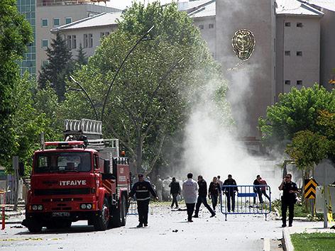 Feuerwehr nach der Explosion bei einer Polizeistation in der Türkei