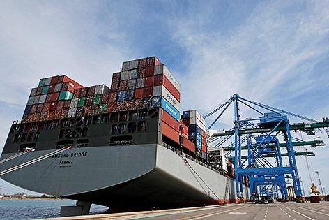 Containerschiff wird in Frankreich beladen