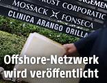 Person mit Dokumenten passiert das Mossack-Fonseca- Büro in Panama Stadt
