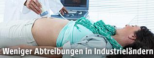 Ultraschall-Untersuchung bei einer schwangeren Frau