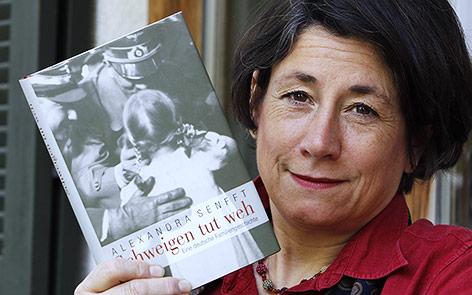 """Autorin Alexandra Senfft mit ihrem Buch """"Schweigen tut weh. Eine deutsche Familiengeschichte"""""""