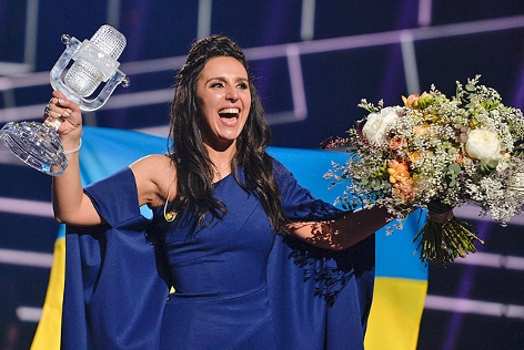 Song-Contest-Gewinnerin Jamala (Ukraine) mit Trophäe und Blumen