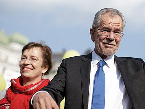 Van der Bellen und Ehefrau Doris Schmidauer bei der Abschlusskundgebung