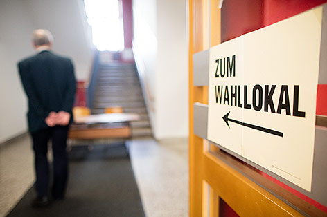 """Schild """"Zum Wahllokal"""""""