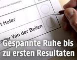 Stimmzettel und Hand