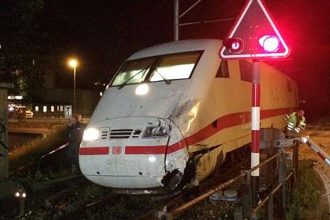 Beschädigter ICE-Zug an einem Bahnübergang