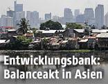 Skyline von Manila, davor Slums