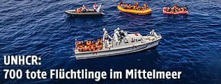 Boot der italienischen Marine neben Flüchtlingsbooten