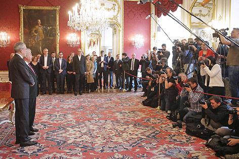 Bundespräsident Heinz Fischer und sein designierter Nachfolger Alexander Van der Bellen vor der versammelten Presse