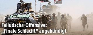 Irakische Truppen neben einem Panzerfahrzeug