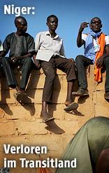 Menschen sitzen auf einer Mauer in Niger