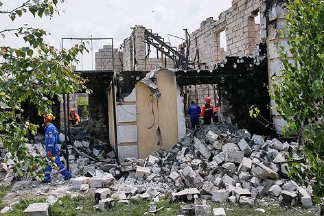 Rettungskräfte in ausgebranntem ukrainischen Seniorenheim