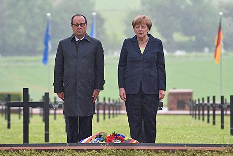 Der französische Staatspräsident Francois Mitterand und die deutsche Kanzlerin Angela Merkel auf einem deutschen Soldatenfriedhof nahe Verdun