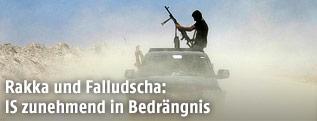 Kämpfer mit Maschinengewehr auf einem Jeep