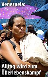 Frau steht in einer Schlange vor einer Sozialhilfe