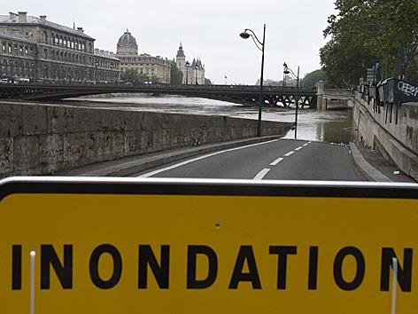 Warnschild an der überfluteten Seine in Paris