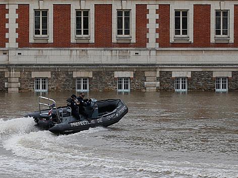 Polizeiboot auf der Seine