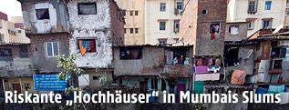 Mehrstöckige Häuser in einem Slum in Mumbai