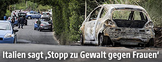 Ausgebranntes Auto des Opfers auf einer Straße