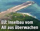 Ins Meer gebaute Landebahn auf einer Insel