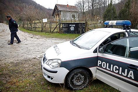IS-Zeichen auf einem Zaun in einem bosnischen Dorf