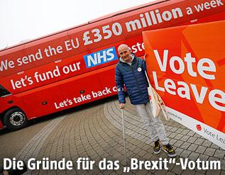 Brexit-Befürworter hält Schild mit Slogan