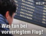 Flugpassagier betrachtet die Anzeigetafel