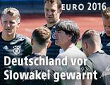 Joachim Loew mit DFB-Spielern beim Training