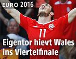 Gareth Bale (Wales) jubelt im Hintergrund, enttäuschte nordirische Spieler im Vordergrund