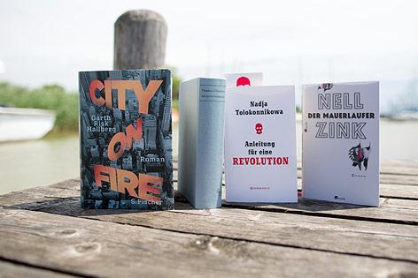 Bücher auf einem Steg