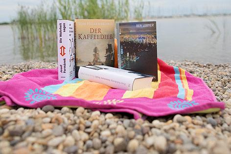 Bücher an einem Strand