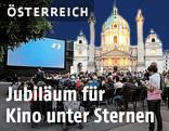 Kino unter Sternen vor der Wiener Karlskirche