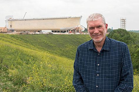 Ken Ham vor dem Arche Noah-Nachbau