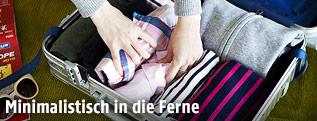 Frau beim Kofferpacken