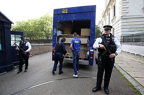 Ein Umzugswagen vor der Downing Street 10