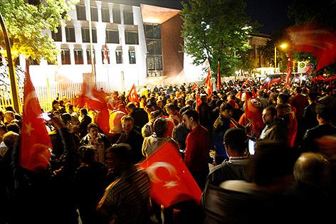 Menschen mit türkischen Flaggen vor der Botschaft in Berlin