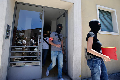 Maskierte Ermittler bei Wohnung des Attentäters