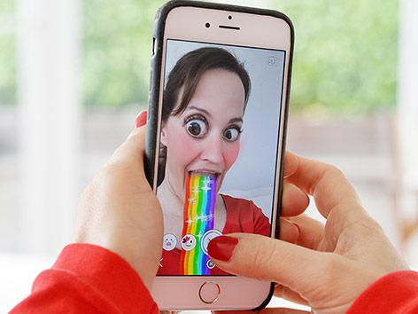 Frau verwendet einen Snapchat-Filter