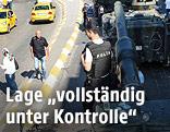 Polizist steht auf einem Panzer in Istanbul