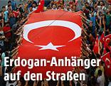 Anhänger Erdogans mit einer großen Türkei-Flagge