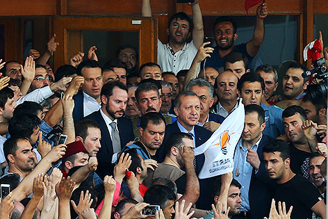 Präsident Tayyip Erdogan inmitten der Demonstranten