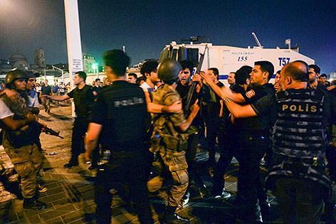 Soldaten werden von Zivilisten entwaffnet