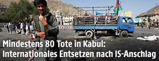 Mann am Anschlagsort in Kabul