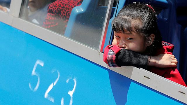 Mädchen in Nordkorea blickt aus der Strassenbahn