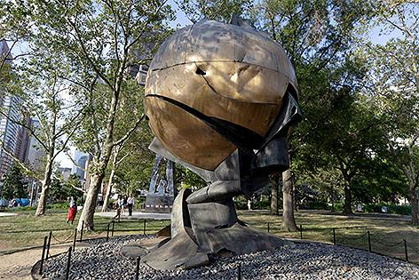 """Skulptur """"The Sphere"""" im Battery Park in Manhattan"""