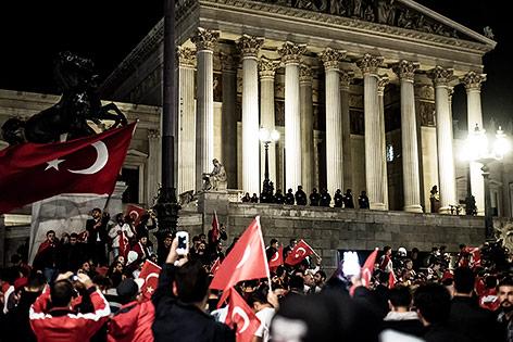 Demonstration von Erdogan-Anhängern vor dem Parlament in Wien