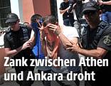 Türkische Putschisten werden von griechischen Beamten abgeführt