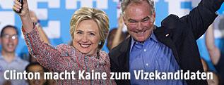 Die demokratische US-Präsidentschaftskandidatin Hillary Clinton mit Senator Tim Kaine aus Virginia