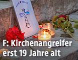 Kerzen und Blumen auf den Kirchenstufen von Saint-Etienne-du-Rouvray